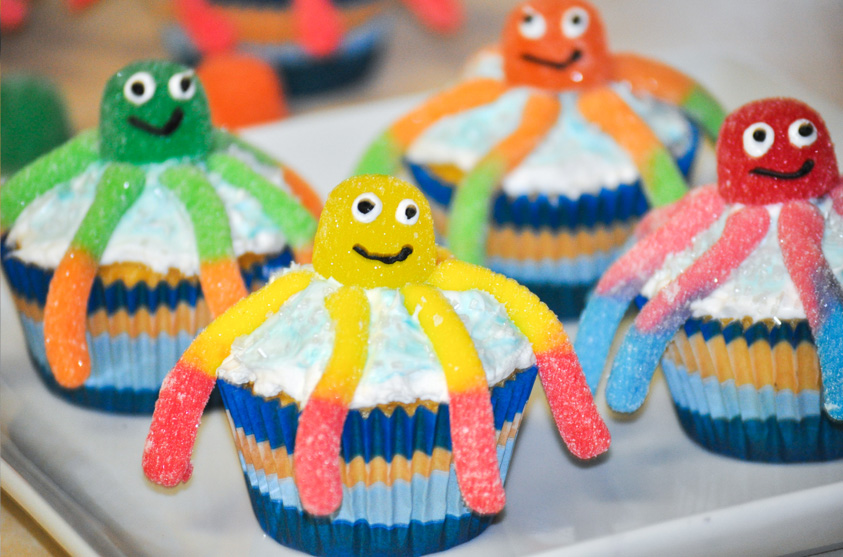 Halloween Cupcake Decorating Ideas Gummy Worms   Execid.com