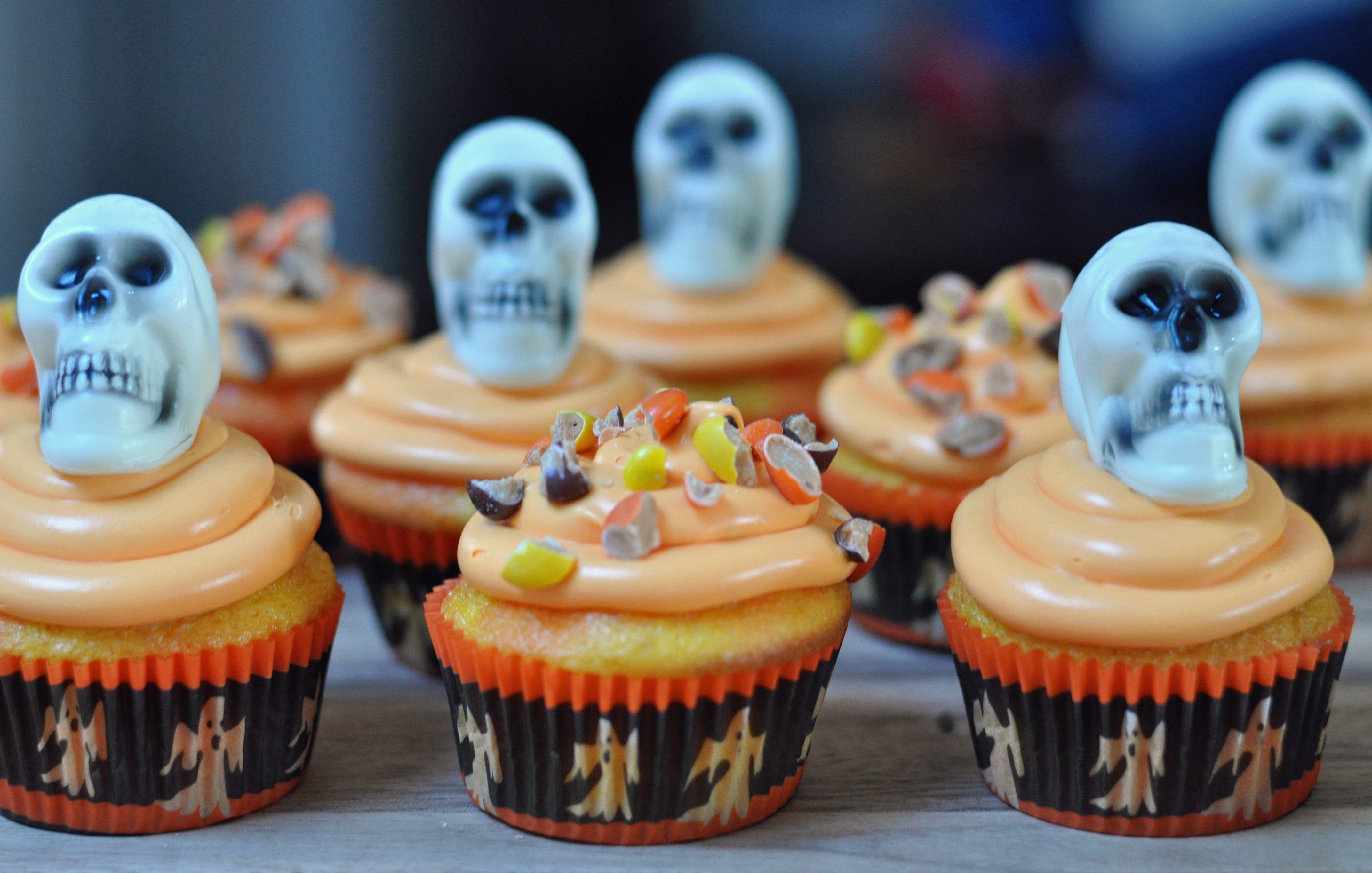reeces pieces two tone halloween cupcakes - mommy's fabulous finds