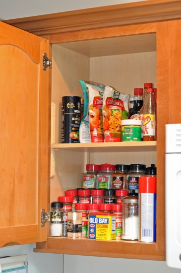 how to organize spice cabinet