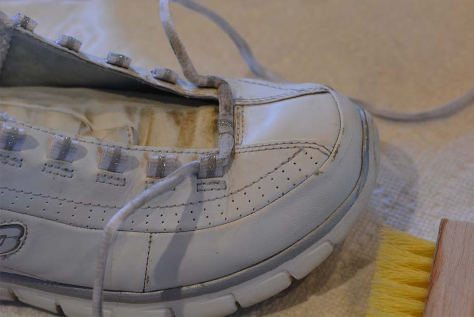 how to clean white sneakers 2